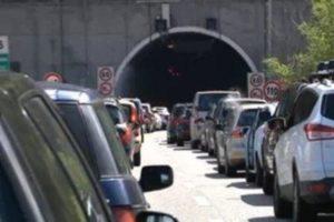 Autostrade, nel caos, la promessa della ministra: «Dal 10 luglio 2 corsie libere in ogni tratta. Valutiamo estensione dell'esenzione»