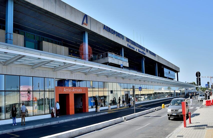 Anci e Regione contro Alitalia, protesta in aeroporto