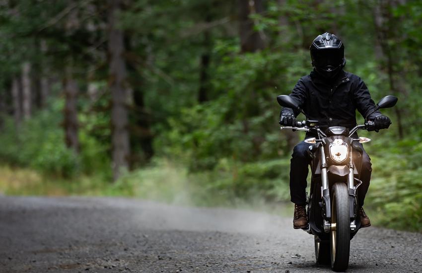 Stesse emozioni ma zero emissioni, la moto elettrica sale in quota a Sestriere