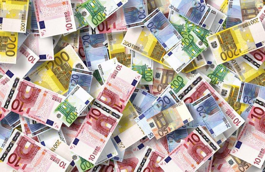Paga con banconote false e intasca il resto: denunciato a piede libero