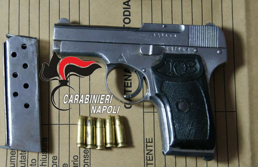 Carabinieri arrestano 28enne. In camera da letto una pistola pronta a sparare