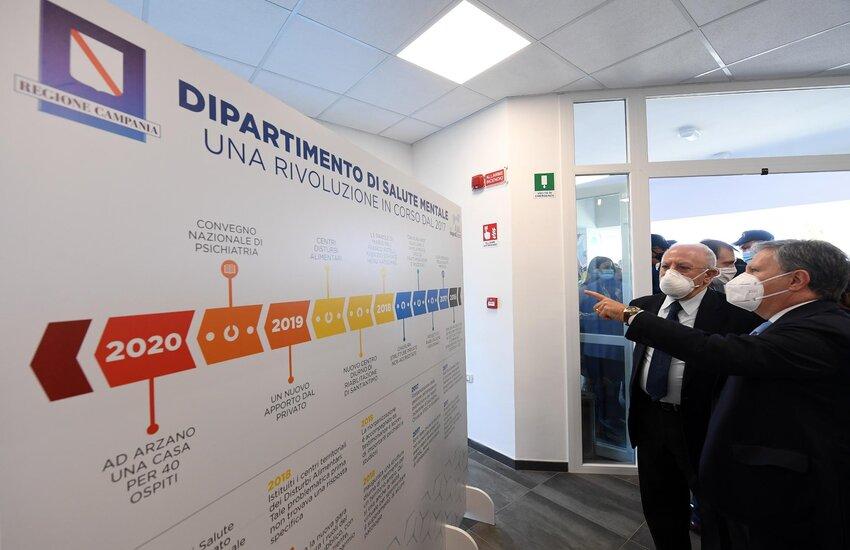 """De Luca inaugura la """"Casa impresa Benessere"""". Forti le contestazioni sui social"""