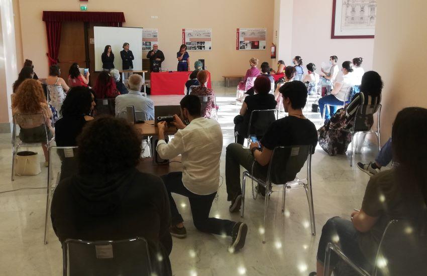 """Teatro Mandanici, un foyer pieno di giovani annuncia la """"ripartenza"""" (video)"""