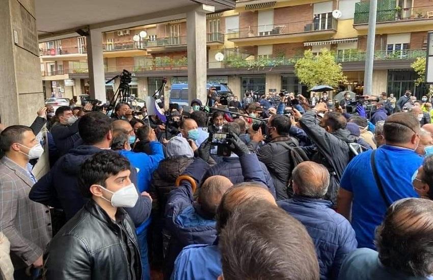 Avellino – Contestazioni e lancio di uova contro Salvini, la Digos denuncia due ragazze