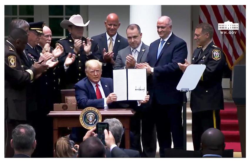 Trump firma l'ordine esecutivo per riformare la polizia