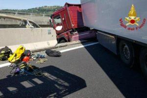 Salvato conducente di un tir in bilico su viadotto
