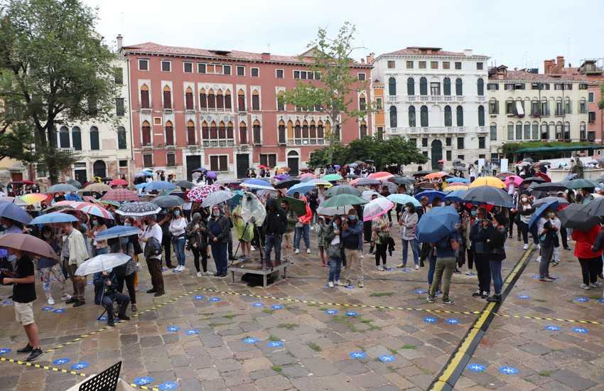 Venezia, in 600 a Campo San Polo per il ritorno del Teatro Stabile