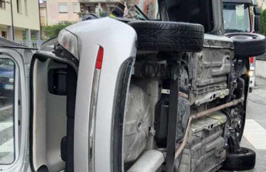 Padova, auto capotattata per l'asfalto bagnato: un ferito non grave
