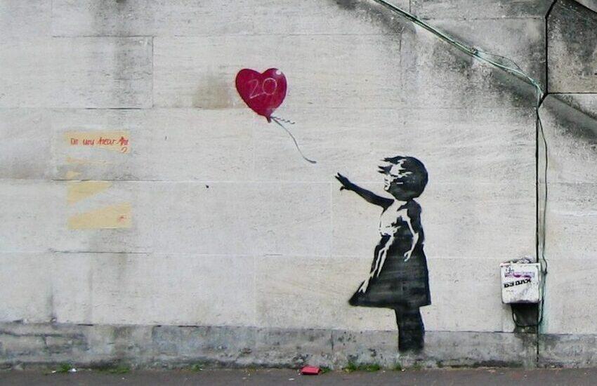 Ritrovata in Italia la porta del Bataclan con il murale di Banksy rubata nel 2019