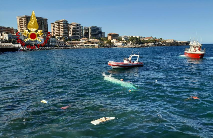 Due barche nei guai in mare davanti piazza Europa, una affonda, l'altra sugli scogli