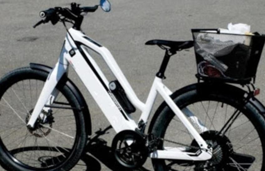 Scoppia batteria bici, un anziano si ustiona gravemente