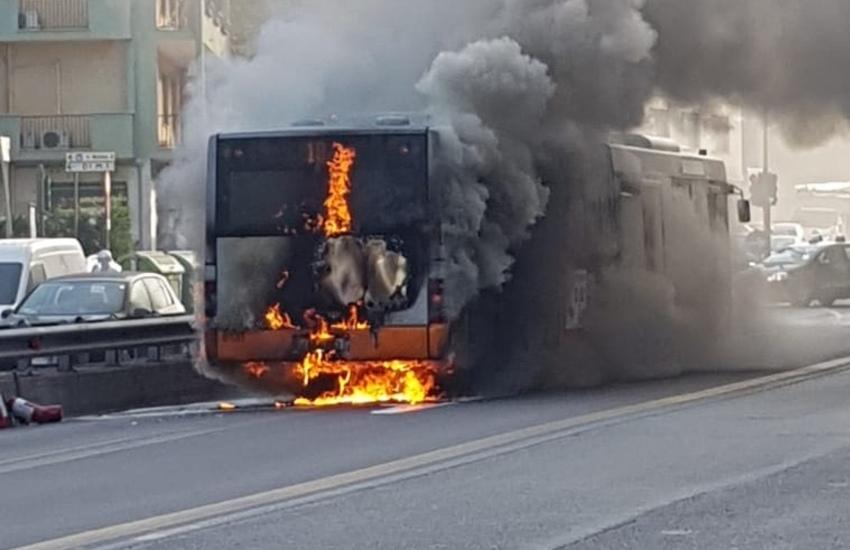 Genova, bus in fiamme in corso Firenze: nessun ferito