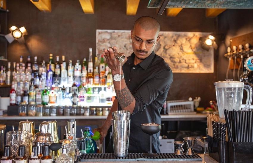 """Due giovani veronesi sfidano la crisi con """"Personal Barman"""", il barista a casa"""