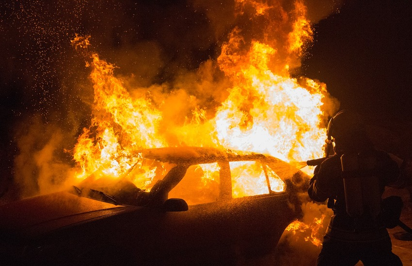 Castellammare di Stabia, stalker incendia l'auto dell'ex moglie e si ferisce durante l'incendio