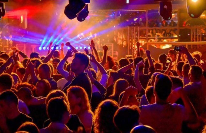 60 persone ballavano senza mascherina: blitz dei vigili e chiusura