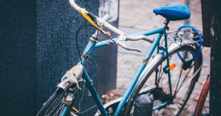 50enne colto in flagrante mentre rubava una bicicletta