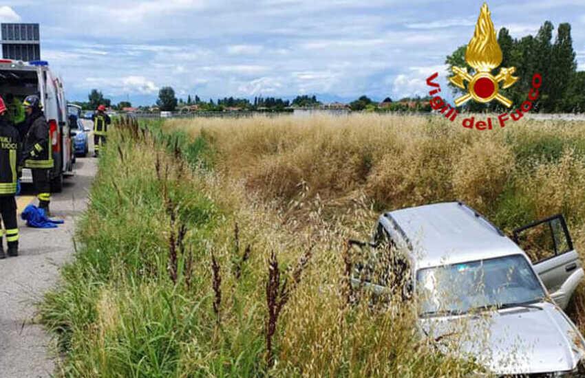 Abano Terme, auto sbanda nel fossato: 3 feriti lievi