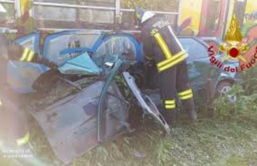 Avella – Treno EAV travolge automobile al passaggio a livello, ferito il conducente