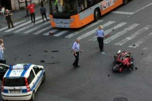 Genova, tragico incidente tra due moto in via Merano: muore settantenne