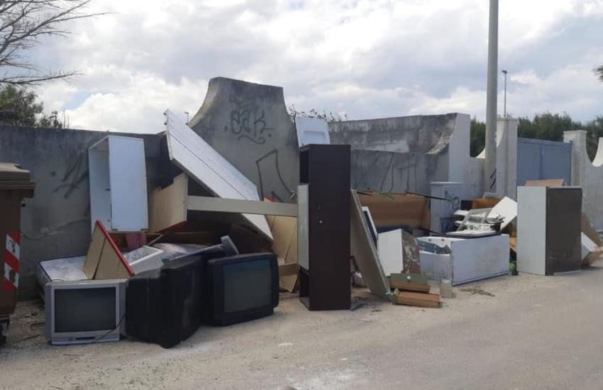 Marine leccesi, i rifiuti delle case gettate per strada