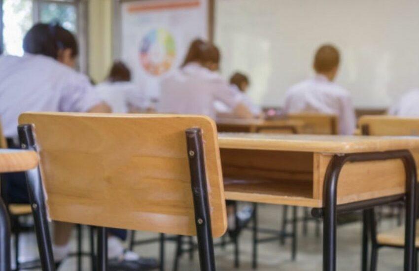 Vecchi banchi, sedie e armadietti delle scuole bolognesi: novità importante