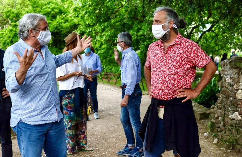 Il maestro Stefano Bollani al giardino di Ninfa per la fioritura delle rose