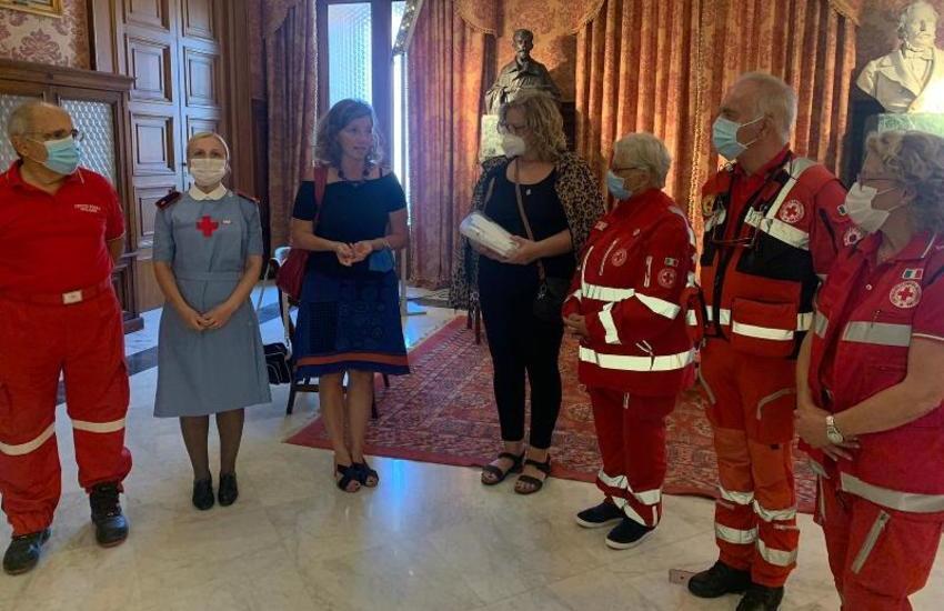 """""""Il tempo della gentilezza"""": la Croce Rossa dona al Comune buoni pasto per 4 mila euro"""