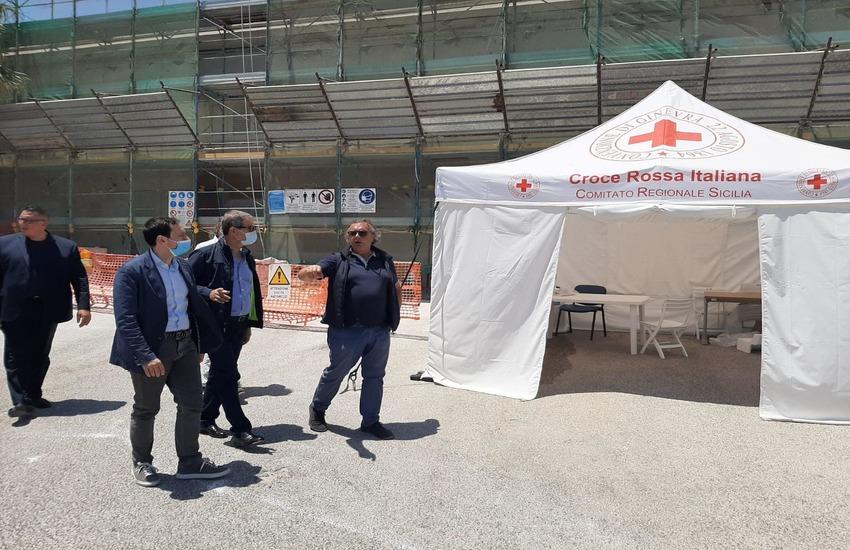 Sicilia, Musumeci chiude gli spazi per migranti