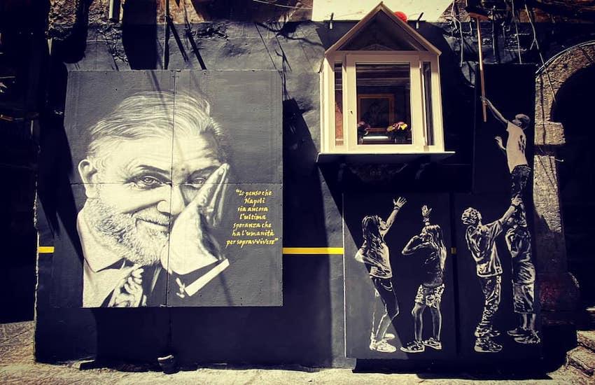 """Quartieri Spagnoli, """"scoperto"""" il murales dedicato a Luciano De Crescenzo"""
