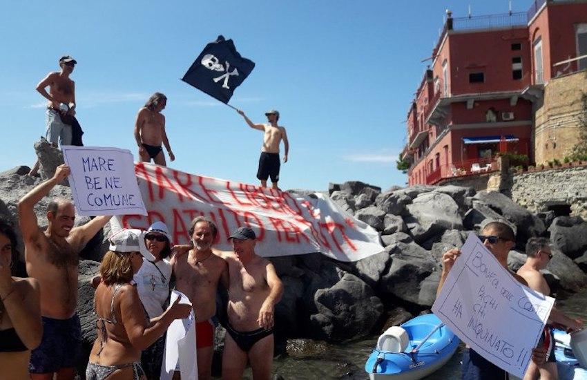 Arrivano i pirati sui lidi, «Mare libero e gratuito a Napoli»