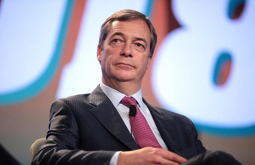 Farage in un pub: denunciato per violazione della quarantena