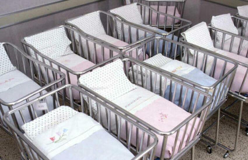 Istat, non nascono bambini e sempre più trasferimenti all'estero: l'Italia si sta spopolando