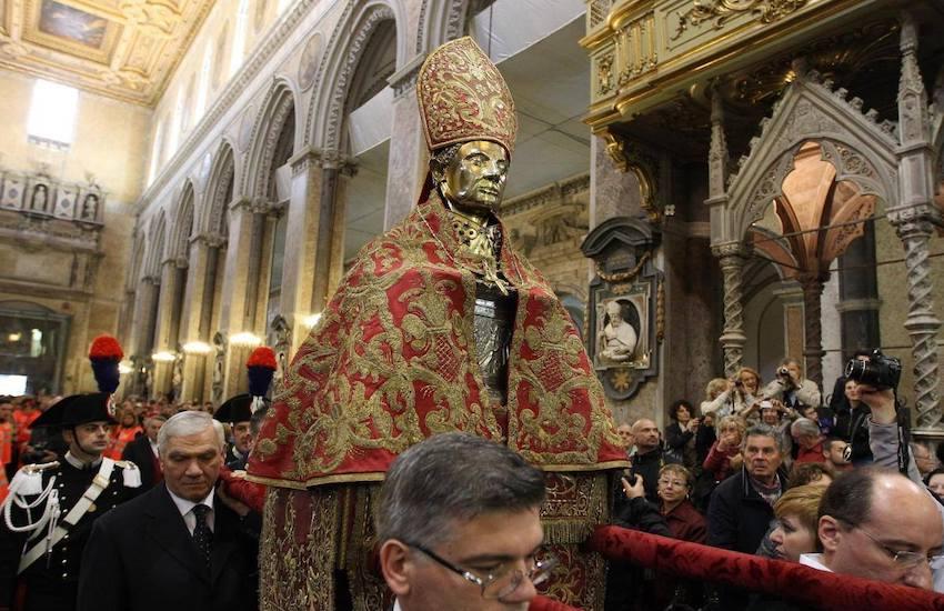 """San Gennaro non fa il miracolo, """"mala tempora currunt"""""""