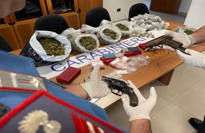Rione Traiano, scovati oltre 5 chili di droga e armi di vario genere. VIDEO