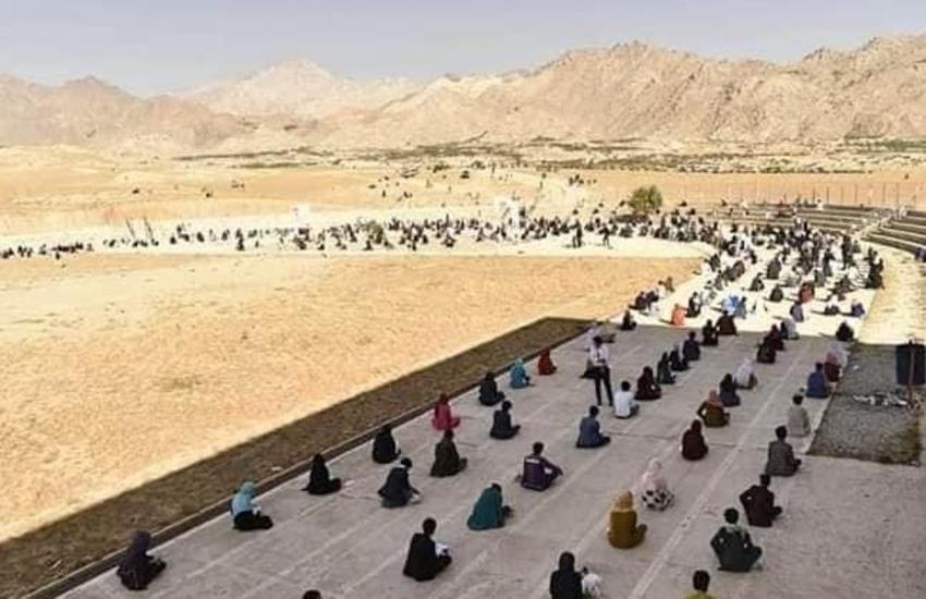 Donne afgane sostengono l'esame di ammissione all'università in spiaggia: la cultura batte il Coronavirus