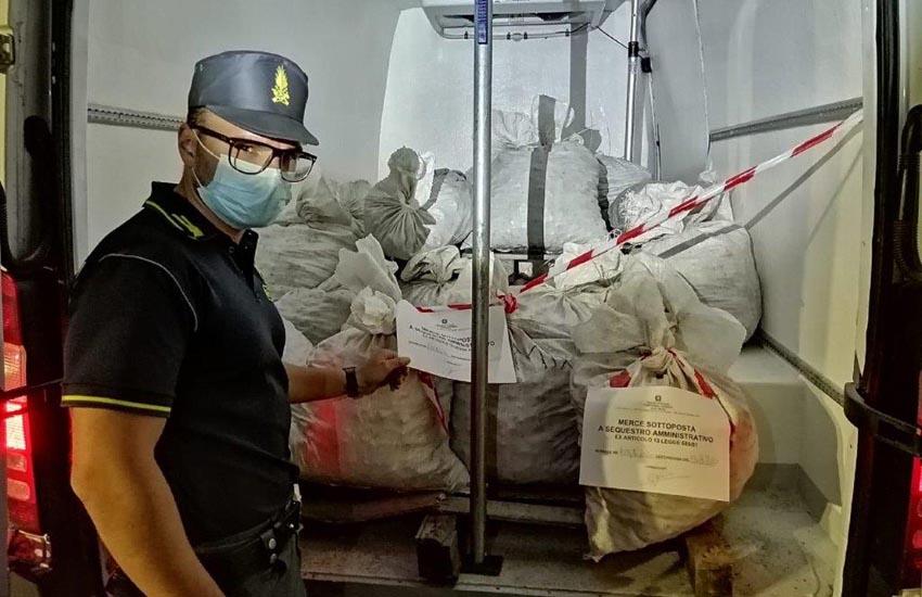 La merce sequestrata, del valore commerciale di circa 170.000 euro, è stata rinvenuta all'interno di un furgone con targa rumena