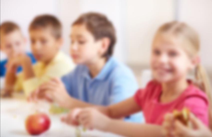 Mensa scolastica con vassoi monoporzioni