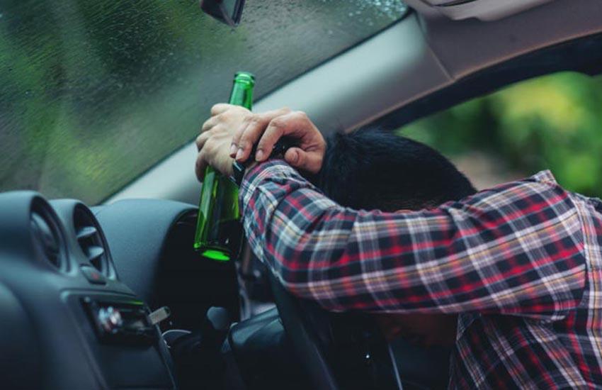 Perde il controllo dell'auto ed esce fuori strada, positiva al test alcolemico