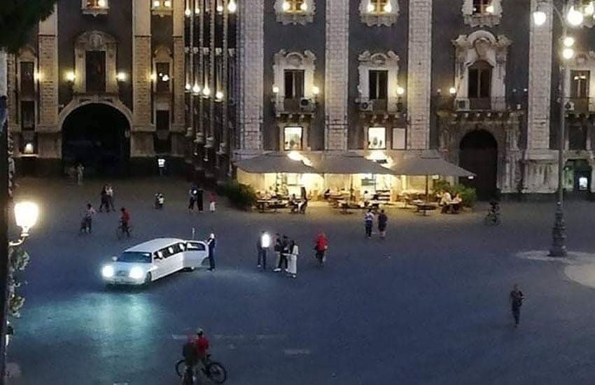 Limousine di sera in piazza Duomo, rintracciato e multato