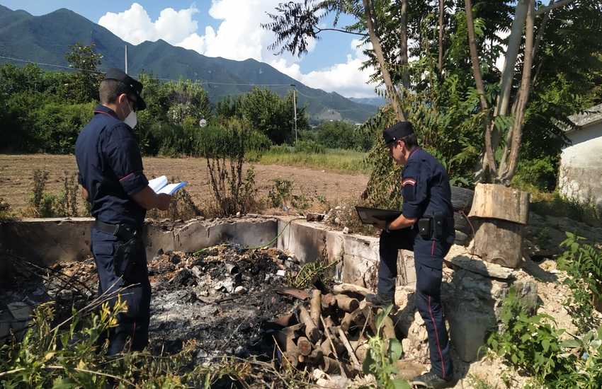 Caserta, sorpresi a bruciare rifiuti speciali: due arresti