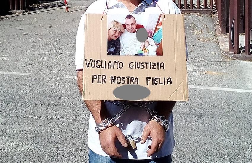 """Mauro Leone si incatena a Palazzo di Giustizia: """"Voglio rivedere mia figlia"""""""