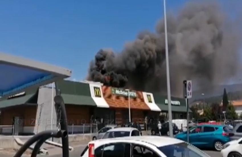 Prende fuoco il tetto del MacDonald's di Bagnolo