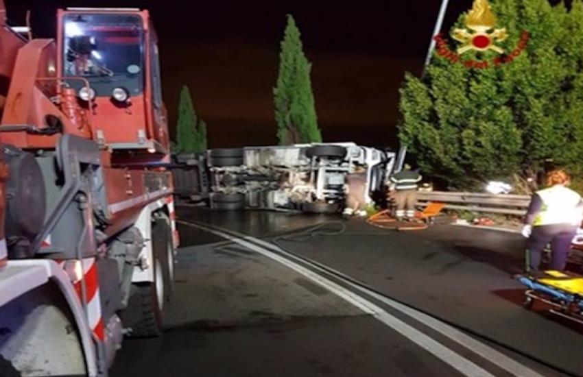Tir si ribalta all'uscita Prato Est, lunghe operazioni per estrarre il camionista