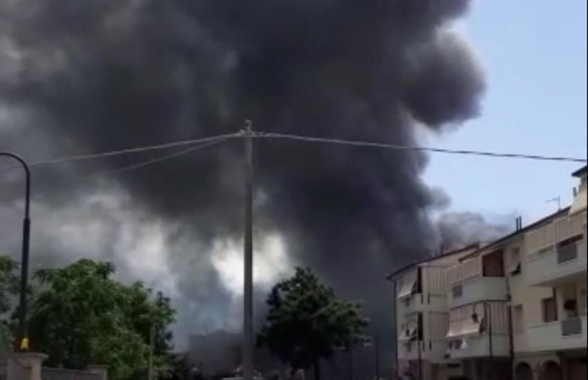 Incendio distrugge il negozio JIA JIA MAI, 50 famiglie evacuate a scopo precauzionale