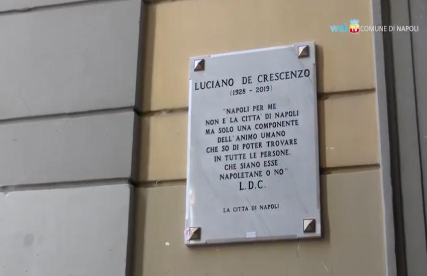 Targa dedicata a Luciano De Crescenzo in vico Belledonne
