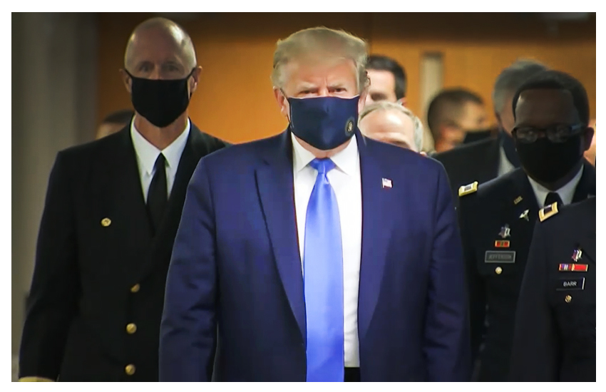 Trump si arrende e indossa la mascherina in pubblico