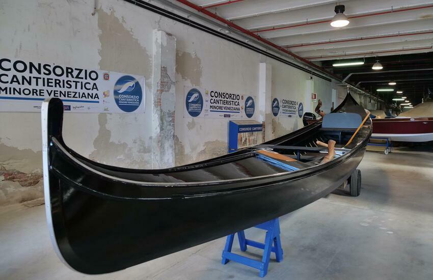 "Nuova gondola ""da parada"" a Venezia"