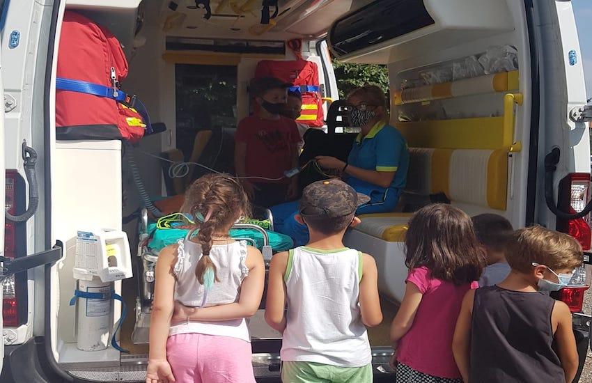 In visita ai bambini dei centri estivi con l'ambulanza