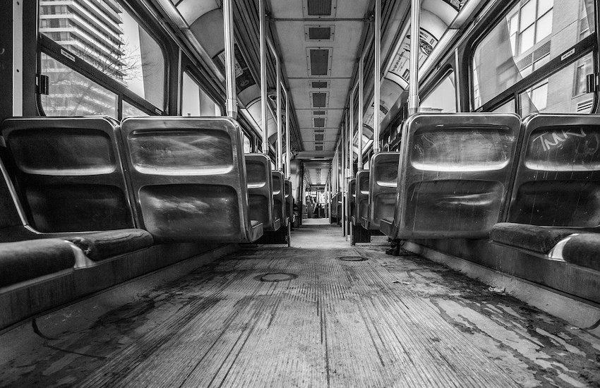 Accoltellato sull'autobus, gravissimo 23enne