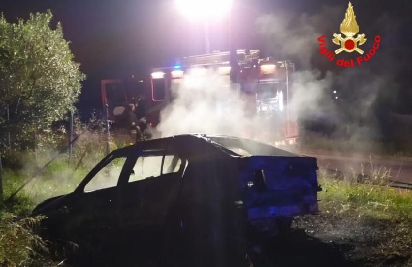 Auto in fiamme a Terracina; mistero sulle cause del rogo